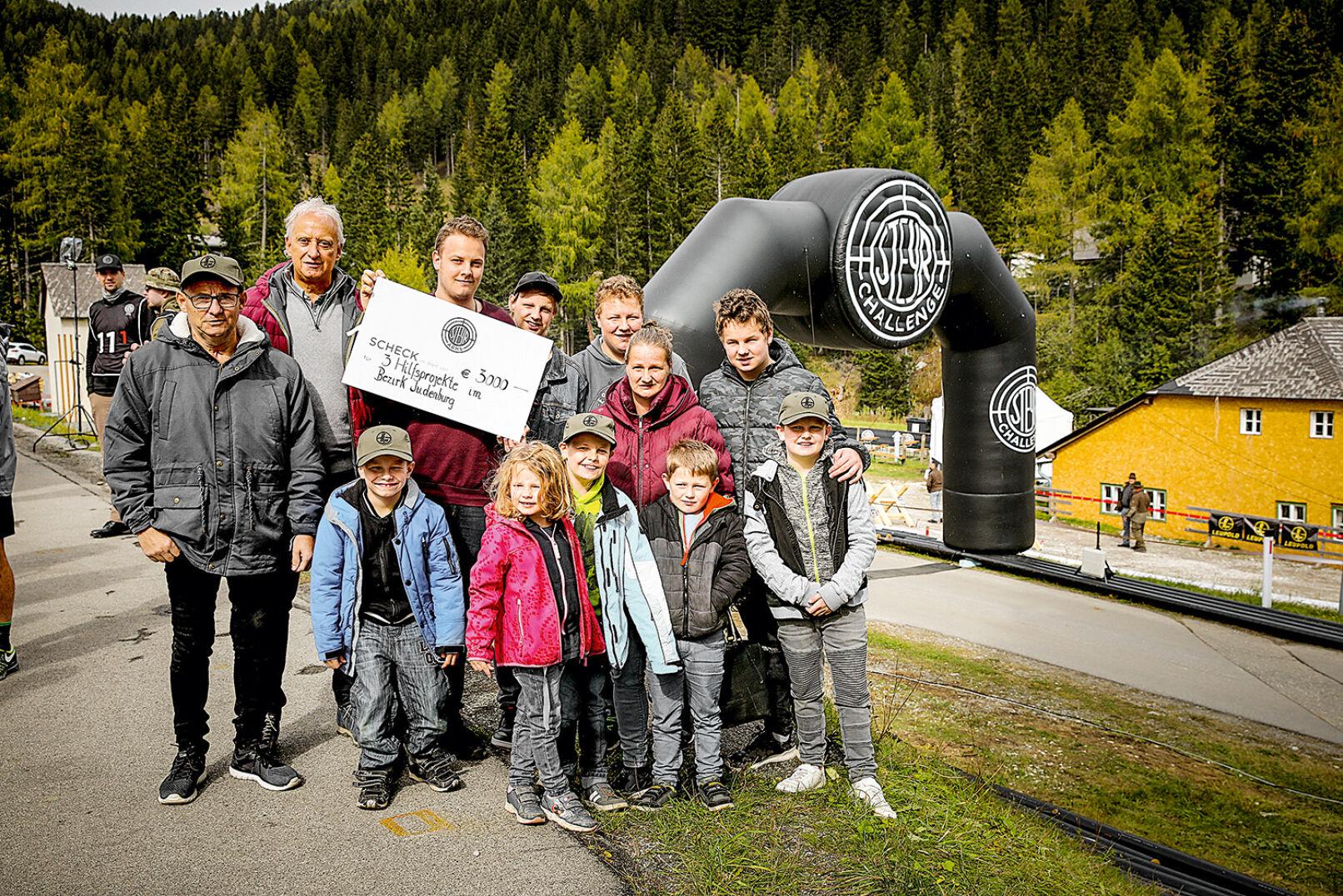 """Im Rahmen der """"Steyr helps""""-Initiative wurde einer Familie ein Scheck überreicht. - © Peter Rigaud"""