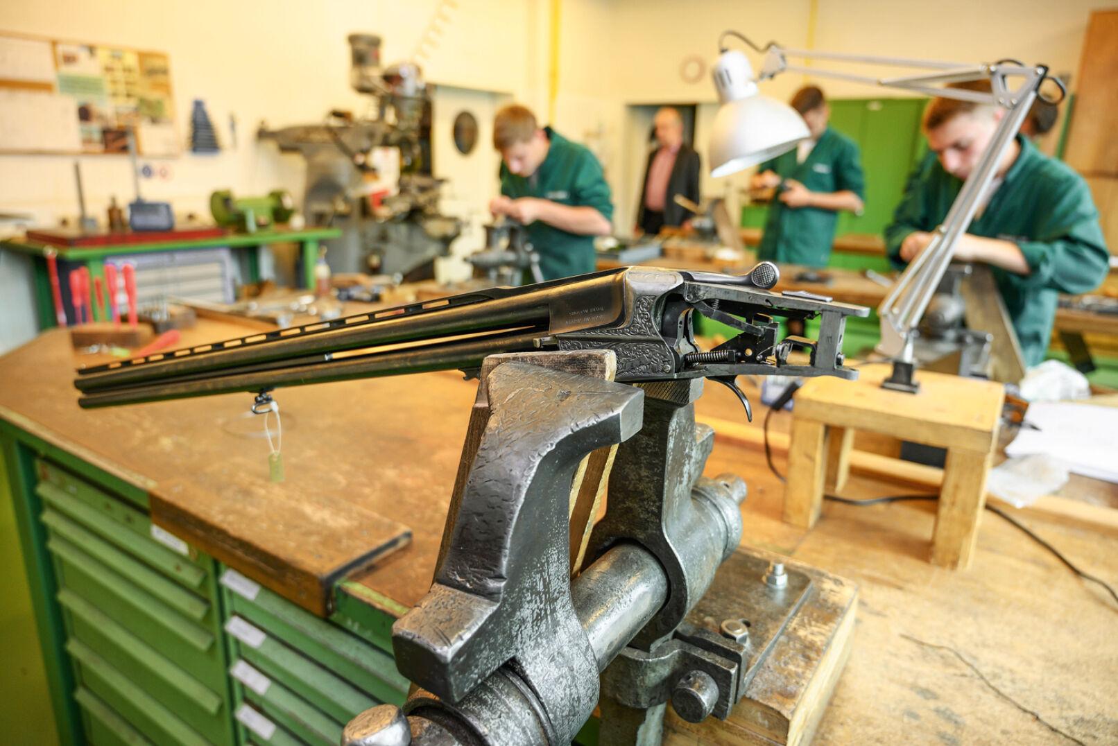"""""""In die Schulwaffen bauen wir einen französischen Stecher ein"""", erklärt Werkstättenleiter Pfeiffer. - © Barbara Marko"""