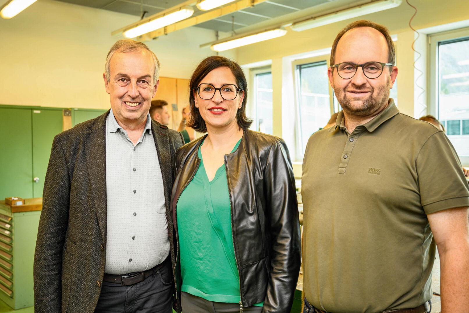 OStR. Dr. Poklukar, Direktorin Mag. Bergmoser, Werkstättenleiter Pfeiffer, BEd (v. l. n. r.).