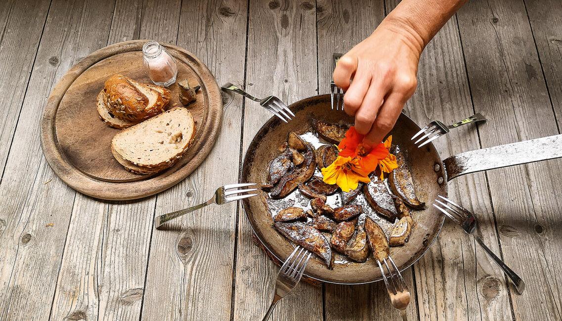 Jagd auf die Murmelen - In Butterschmalz und Olivenöl gebratene Murmeltierleber ist der Lohn nach erfolgreicher Bergjagd. - © Michaela Landbauer