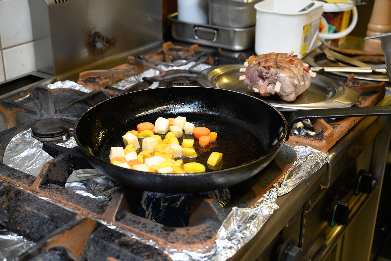 Fleisch auf einem separaten Teller beiseite legen und das Gemüse im Bratenrückstand weiterbraten. - © Barbara Marko