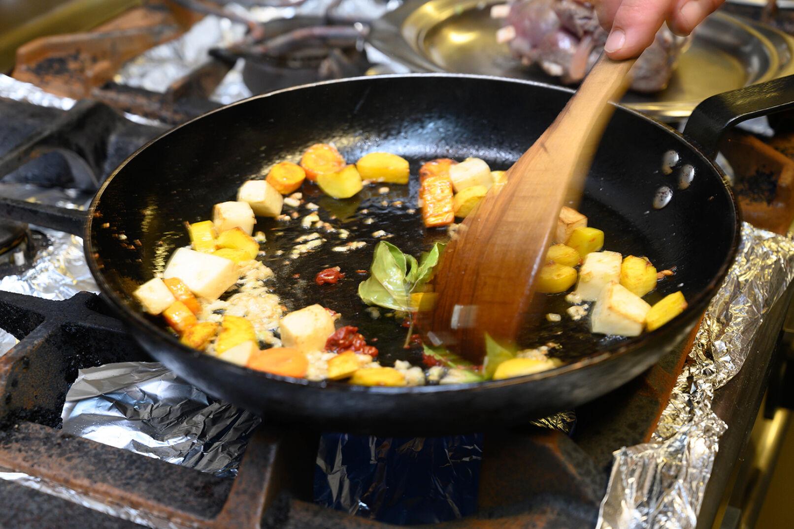 Zwiebel, Tomatenmark, Lorbeerblätter und Wacholder dazugeben, kurz durchbraten. - © Barbara Marko