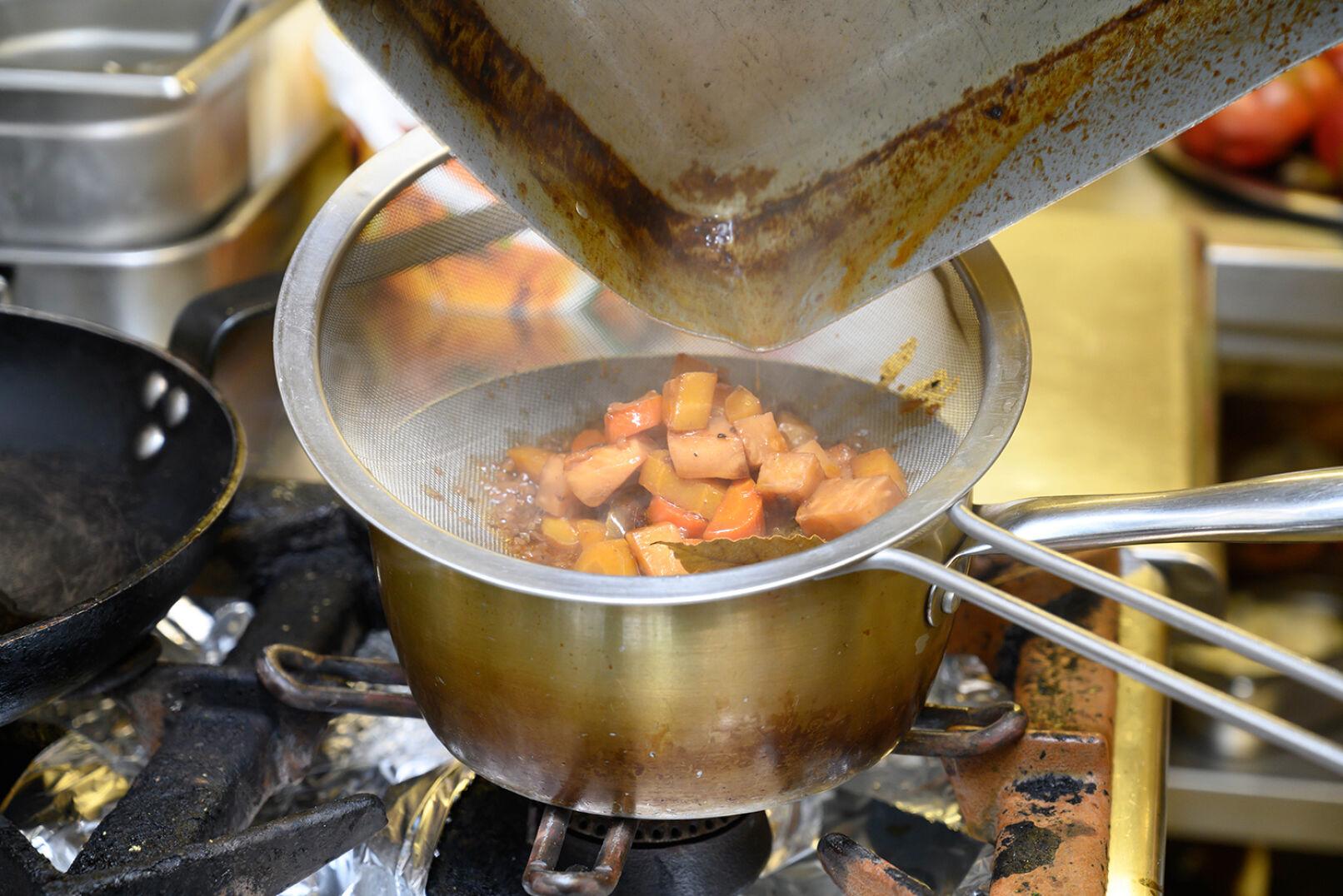 Sauce: Gemüse abseihen... - © Barbara Marko
