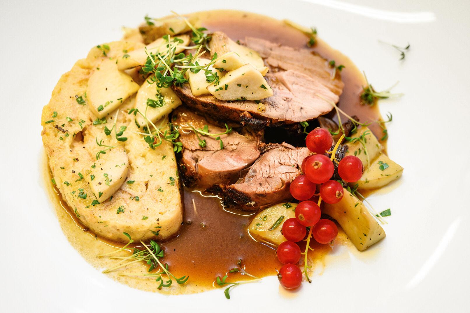 Ein Sträußchen Preiselbeeren und etwas Kresse bringt weitere Farbtupfer auf den Teller. – Mahlzeit! - © Barbara Marko
