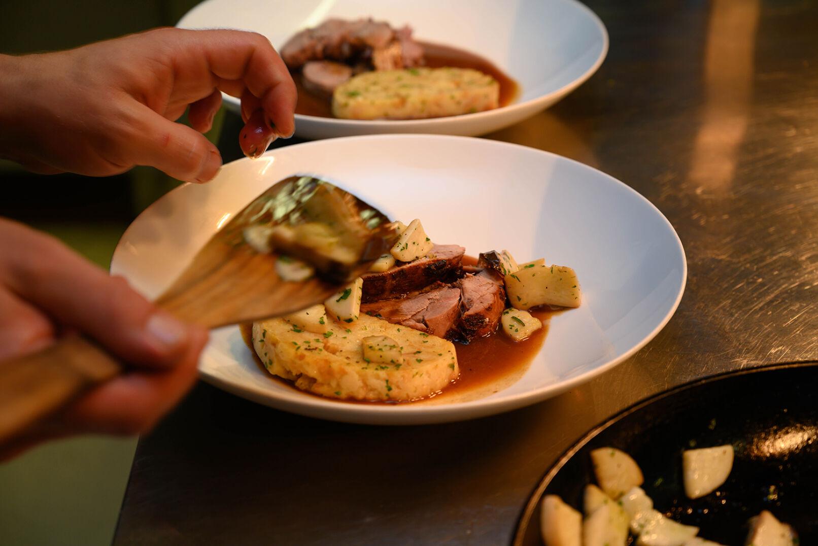 Mit Sauce, Serviettenknödel und gebratenen Pilzen anrichten. - © Barbara Marko