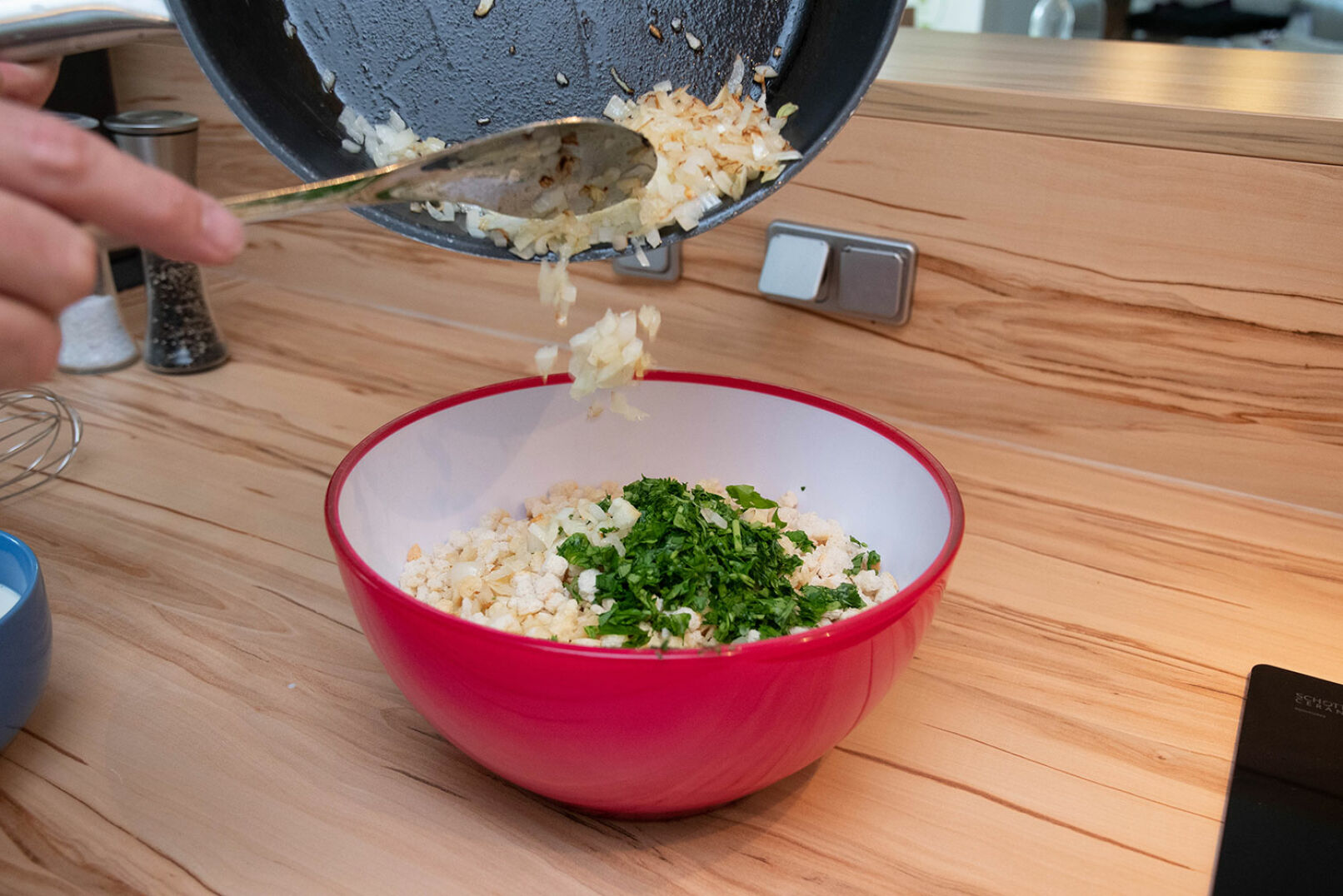 Als nächstes die geschnittene Zwiebel kurz in Butter anschwitzen und ab in die Schüssel. - © Barbara Marko