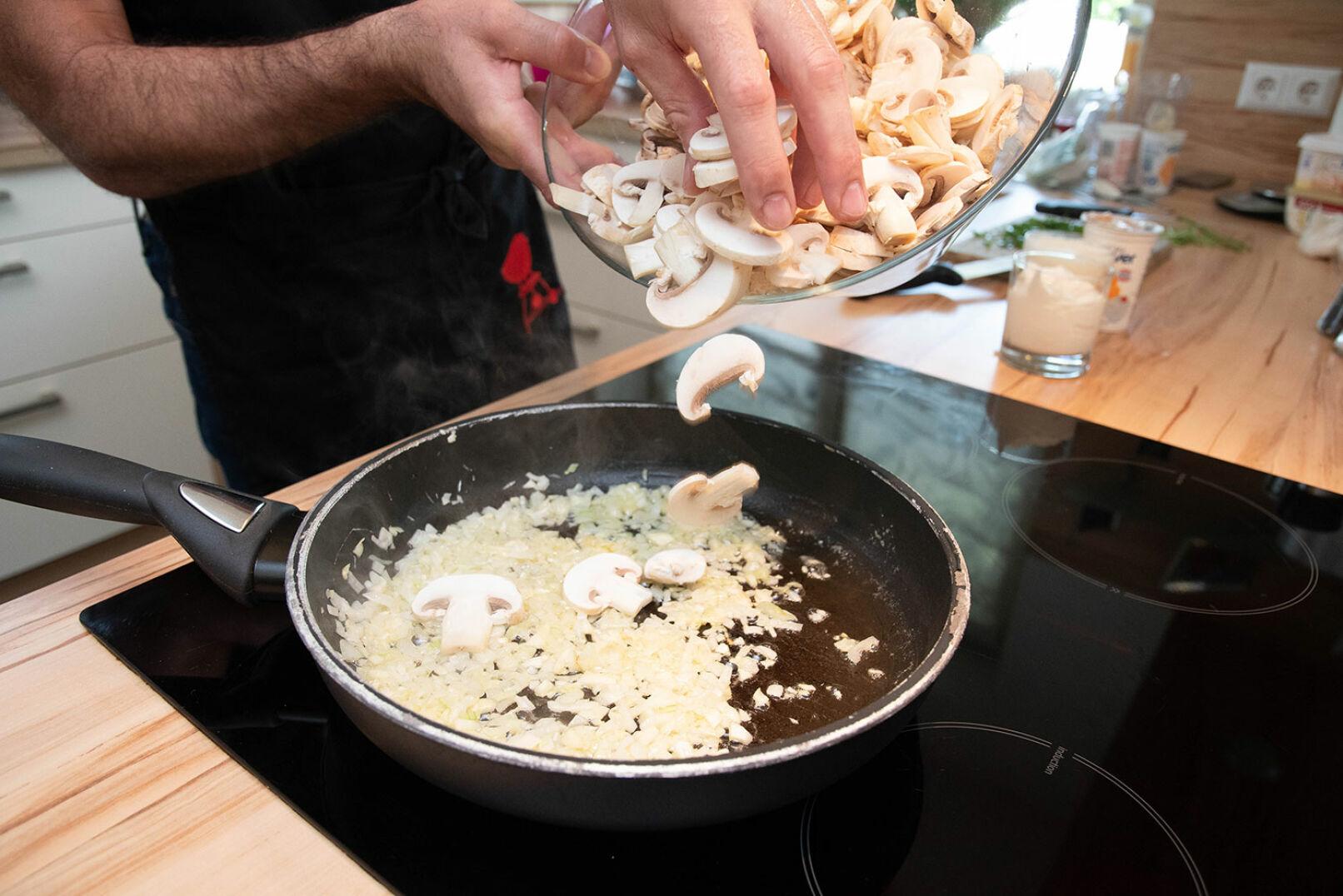 Die Champignons putzen, schneiden und bei mittlerer Hitze ebenfalls in die Pfanne geben.  - © Barbara Marko