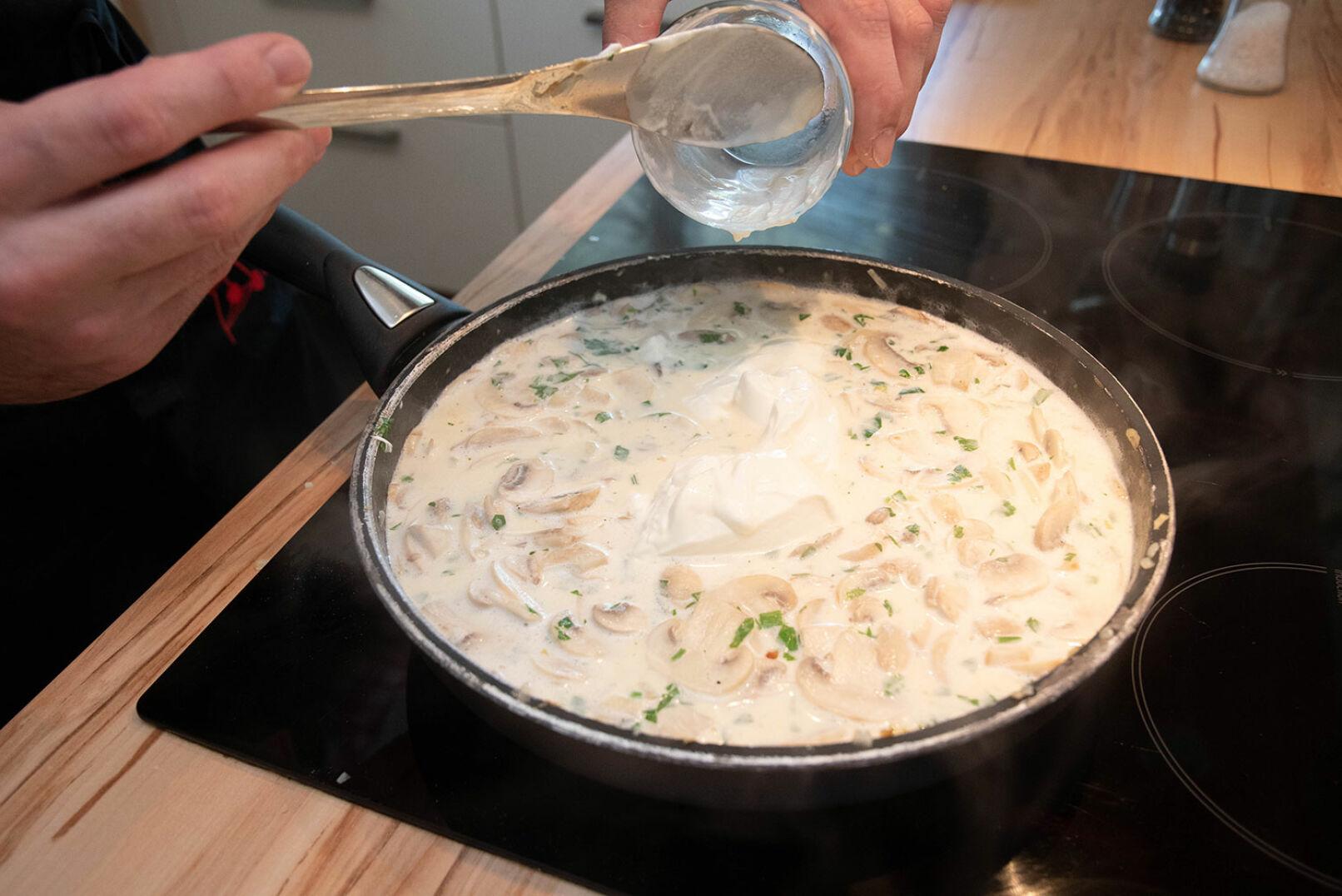 Die Konsistenz nach Geschmack mit Mehl oder Maizena eindicken. - © Barbara Marko
