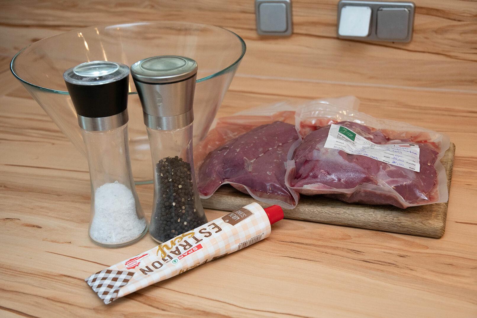 Für die Zubereitung des Rehrückens wird lediglich Salz, Pfeffer und etwas Estragonsenf benötigt. - © Barbara Marko