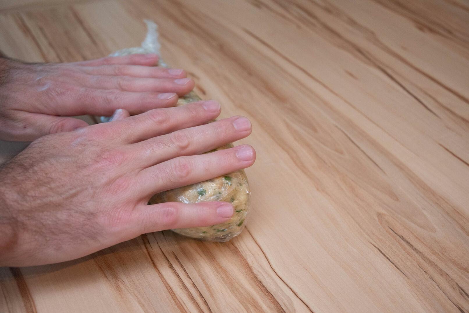 Die Masse auf Frischhaltefolie zu einer länglichen Rolle formen und einwickeln. - © Barbara Marko