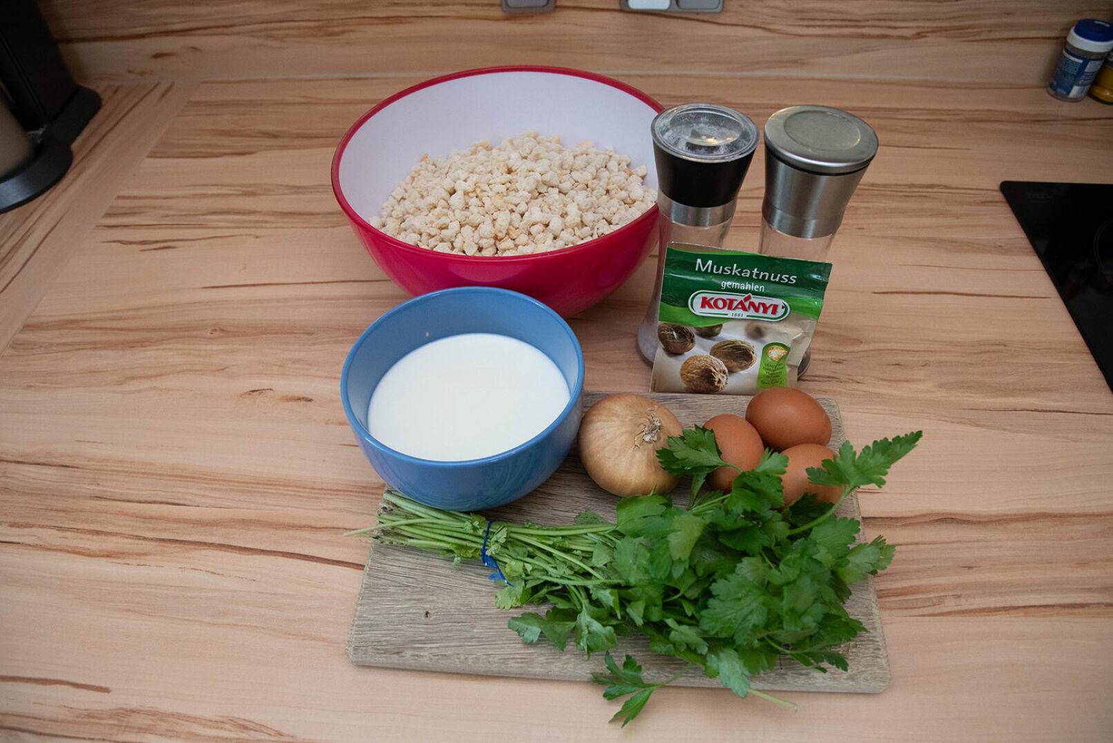 Zutaten für die Serviettenknödel: Semmelwürfel, Butter, Milch, Eier, Petersilie, Zwiebel, Salz, Pfeffer, Muskat. - © Barbara Marko