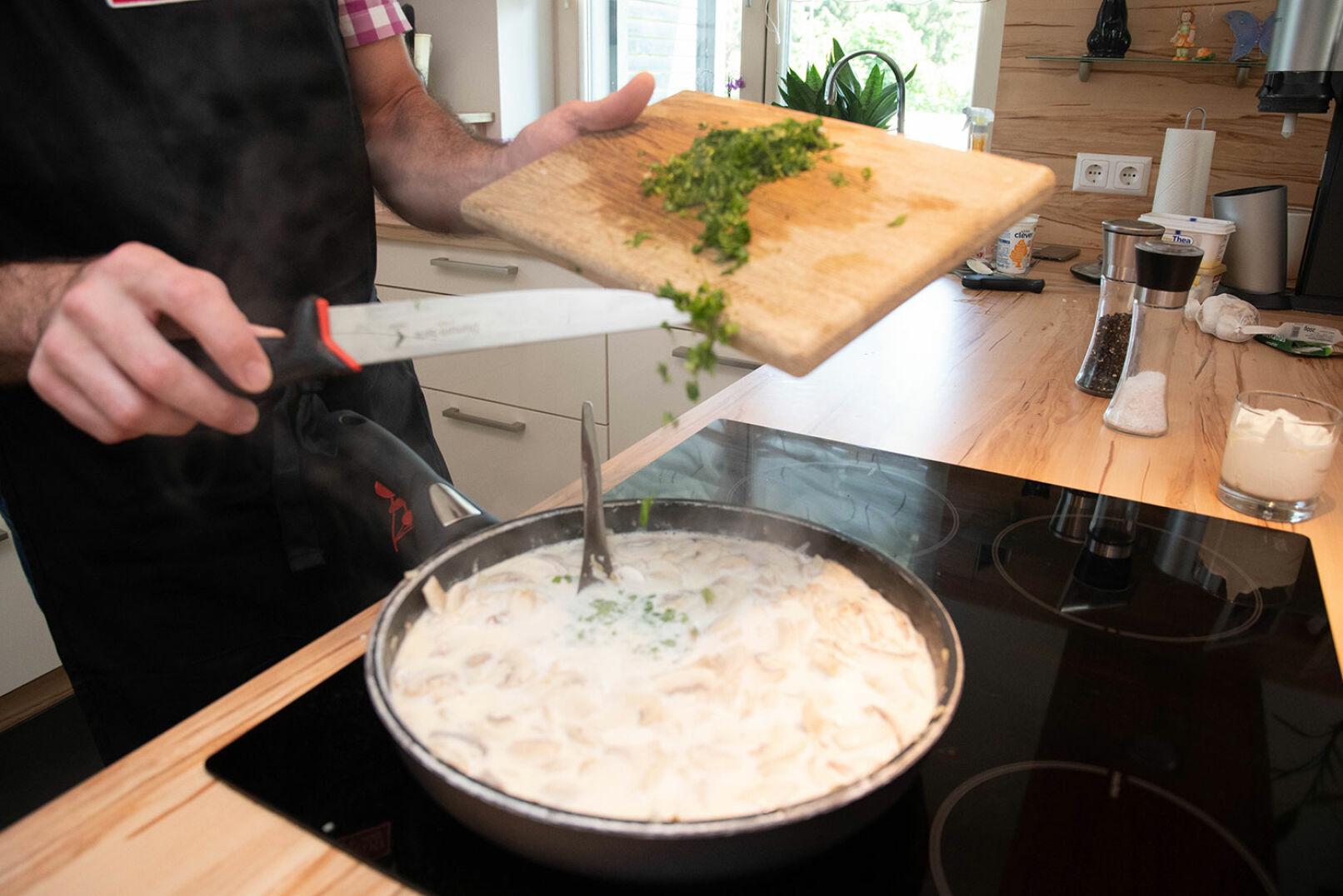 Salz und Pfeffer beigeben, kurz aufkochen lassen, danach bei kleiner Hitze Petersilie und Sauerrahm hinzufügen. - © Barbara Marko
