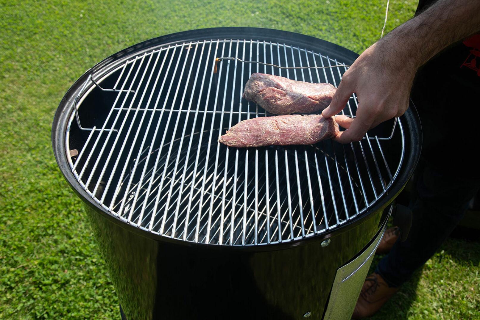 Das Fleisch für etwa 15 Minuten in den Smoker legen (Temperatur: 90–110°C). - © Barbara Marko