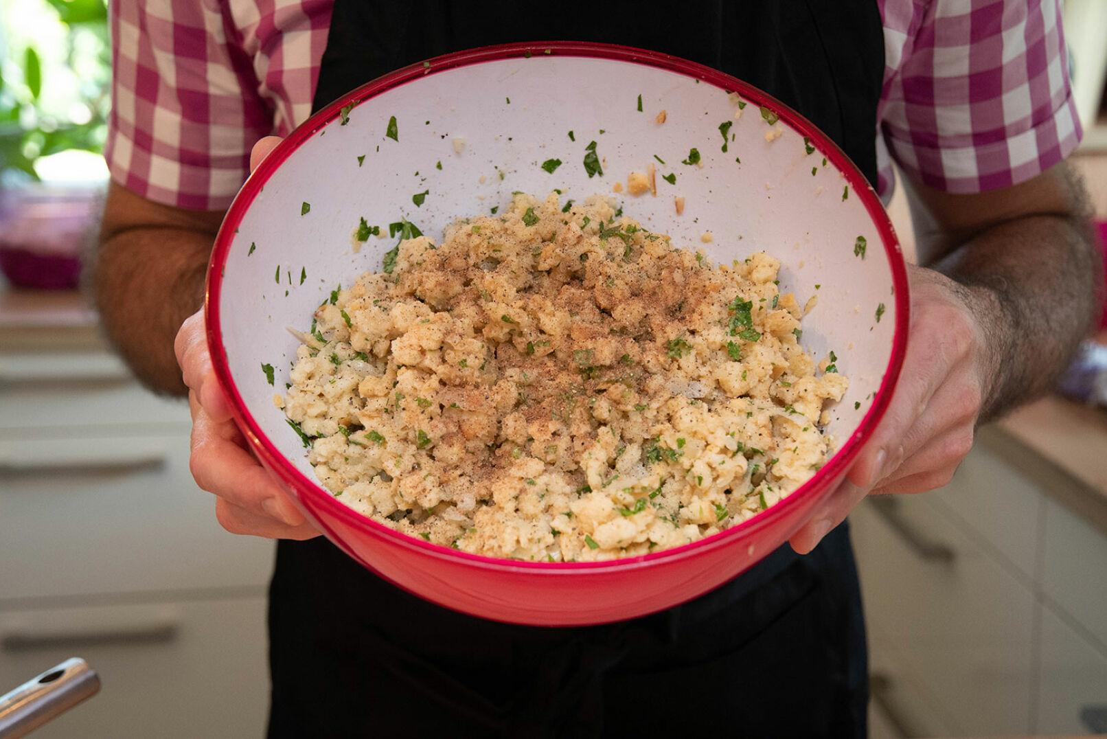 Milch, Eier, Salz, Pfeffer und Muskat mit einem Schneebesen verrühren, unter die Masse heben, 30 Min. ruhen lassen. - © Barbara Marko