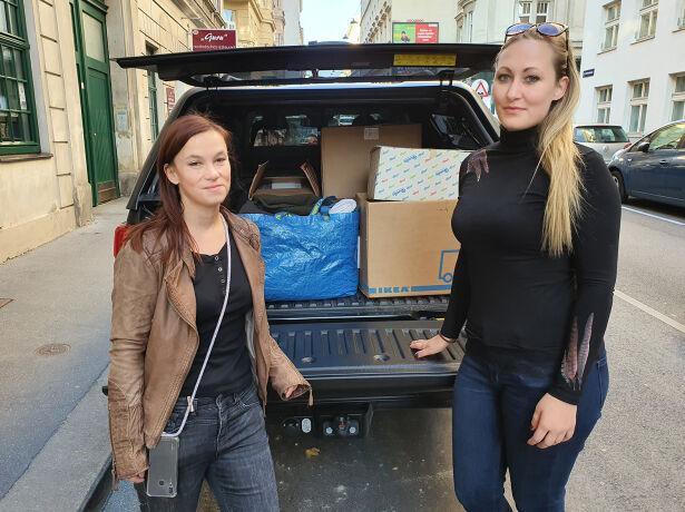 Barbara und Michaela aus der WEIDWERK-Redaktion beladen einen Pick-up voll mit Kleiderspenden.