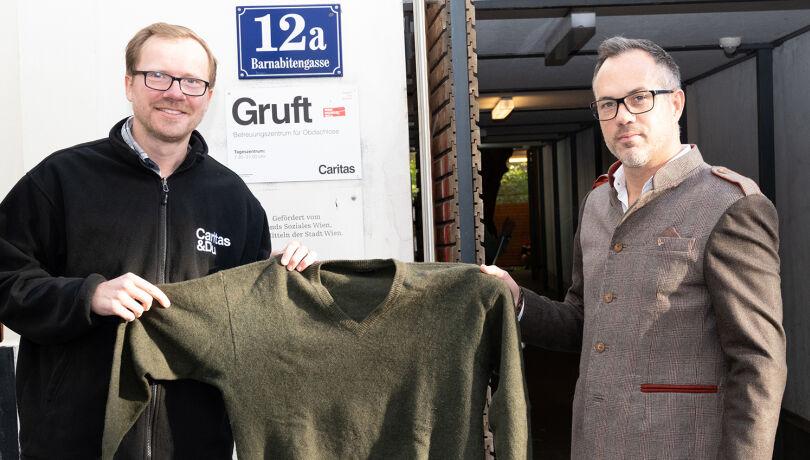WEIDWERK-Chefredakteur Martin Grasberger (r.) übergibt die gesammelten Kleidungsstücke an Martin Piekarski (Gruft).